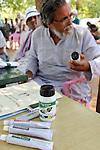 INDIA Chhattisgarh, Prof. Anil Gupta discover on the Shodh Yatra local knowledge and inventions in the tribal region of Bastar / INDIEN Chhattisgarh , Produkte von Erfindern und der NGO Sristi, Dorf Sargipal, Prof. Anil Gupta und sein Team erforschen lokales Wissen, Biodiversitaet und Erfindungen der lokalen Bevoelkerung auf der Shodh Yatra einer Wandertour durch Adivasi Doerfer in der Bastar Region