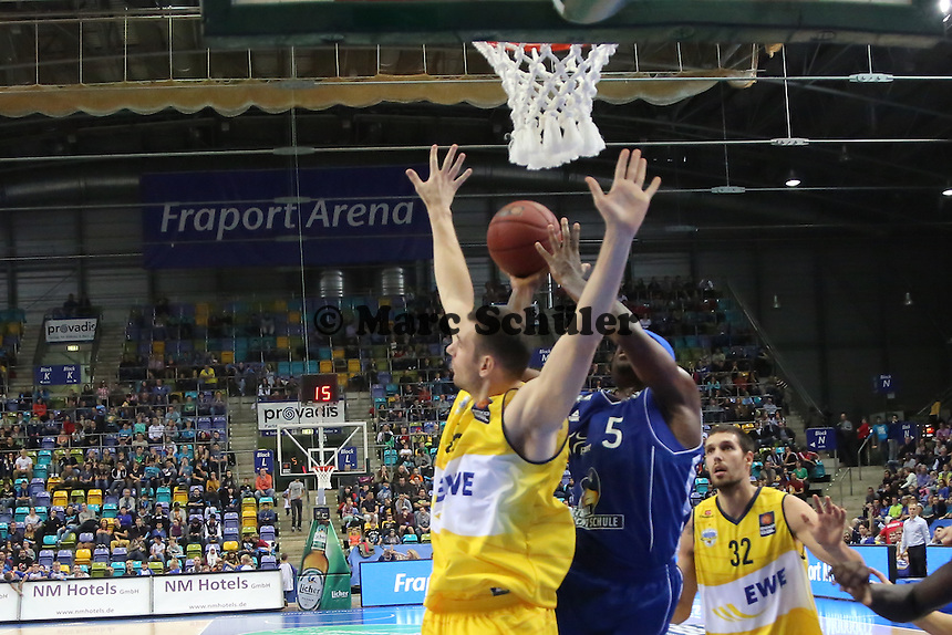 Dawan Robinson (Skyliners) gegen Andrea Crosariol (EWE) - Fraport Skyliners vs. EWE Baskets Oldenburg, Fraport Arena Frankfurt