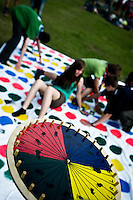 Scouts are playing a gigant game of Twister. Photo: Fredrik Sahlström/Scouterna