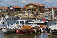 France, Gironde (33), bassin d'Arcachon, La Teste de Buch, port de La Teste, port ostréicole, cabanons d'ostréiculteur, pinasse (barque traditionnelle) et chaland // France, Gironde, Bassin d'Arcachon, La Teste de Buch, oyster-farming port of La Teste, oyster farmers cottage ,  a traditional pinasse boat and a barge