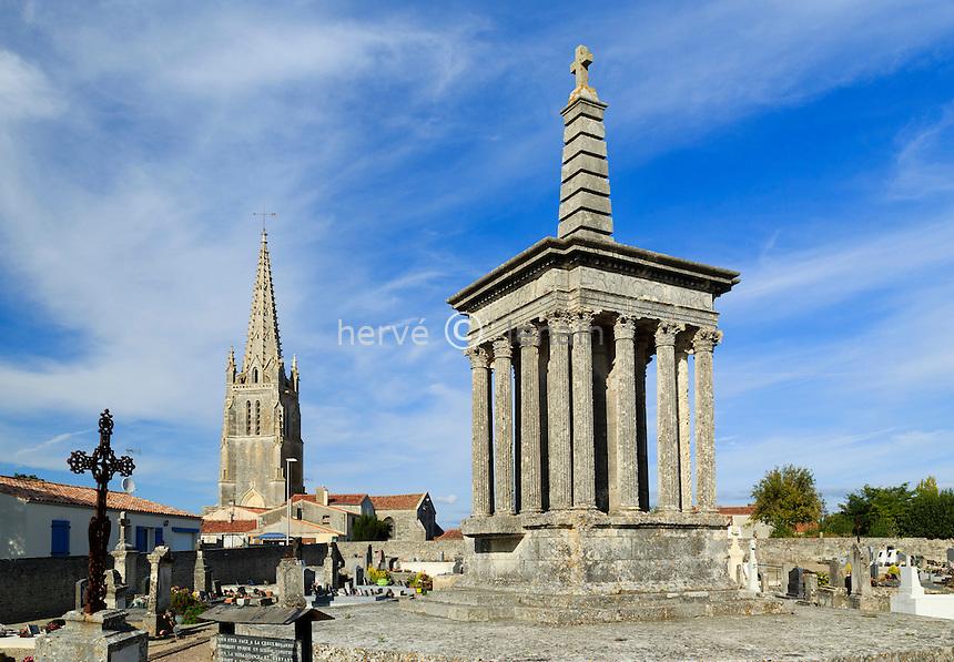 France, Charente-Maritime (17), Moëze, la croix hosannière et le clocher de l'église Saint-Pierre // France, Charente Maritime, Moeze, the Hosanna Cross