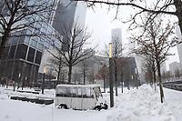 NOVA YORK, NY, 14.03.2017 - CLIMA-NEW YORK - Movimentação em frente ao monumento 11 de setembro e estação WTC do Path chamada de the Oculus durante uma Nevasca. A tempestade de neve provocou um cancelamento de quase 7.000 vôos segundo uma CNN. (Foto: William Volcov / Brazil Photo Press)
