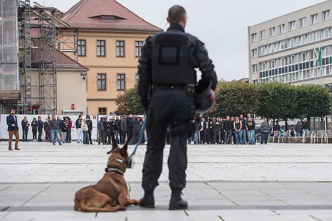 """Rechte demonstrieren in Bautzen gegen Fluechtlinge.<br /> Am Sonntag den 18. September 2016 versammelten sich im saechsischen Bautzen ca. 120 Rechte zu einem Kundgebung mit anschliessender Demonstration um gegen Fluechtlinge zu demonstrieren. Sie riefen Parolen gegen Fluechtlinge und gegen Angela Merkel und beschimpften Medienvertreter als """"Volksverraeter"""".<br /> Nach Aussagen von Anwohnern waren nur etwa 15 Teilnehmer aus Bautzen. Bautzener Rechtsextreme hatten zuvor aufgerufen, sich vorerst nicht an Demonstrationen zu beteiligen, bis ein von ihnen an die Stadtverwaltung gestelltes Ultimatum, zu Loesung der Fluechtlingsfrage verstrichen ist.<br /> Im Bild: Die Polizei trennt Rechte von einer antirassistische Demonstration, die durch Bautzen zieht.<br /> 18.9.2016, Bautzen/Sachsen<br /> Copyright: Christian-Ditsch.de<br /> [Inhaltsveraendernde Manipulation des Fotos nur nach ausdruecklicher Genehmigung des Fotografen. Vereinbarungen ueber Abtretung von Persoenlichkeitsrechten/Model Release der abgebildeten Person/Personen liegen nicht vor. NO MODEL RELEASE! Nur fuer Redaktionelle Zwecke. Don't publish without copyright Christian-Ditsch.de, Veroeffentlichung nur mit Fotografennennung, sowie gegen Honorar, MwSt. und Beleg. Konto: I N G - D i B a, IBAN DE58500105175400192269, BIC INGDDEFFXXX, Kontakt: post@christian-ditsch.de<br /> Bei der Bearbeitung der Dateiinformationen darf die Urheberkennzeichnung in den EXIF- und  IPTC-Daten nicht entfernt werden, diese sind in digitalen Medien nach §95c UrhG rechtlich geschuetzt. Der Urhebervermerk wird gemaess §13 UrhG verlangt.]"""