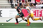 AMSTELVEEN - Hockey - Hoofdklasse competitie dames. AMSTERDAM-DEN BOSCH (3-1) Eva de Goede (A'dam) met Maartje Krekelaar (Den Bosch)    COPYRIGHT KOEN SUYK