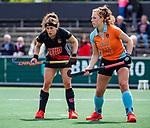 AMSTELVEEN  - Sosha Benninga (A'dam) met Evaline Janssens (Gro)   Hoofdklasse hockey dames ,competitie, dames, Amsterdam-Groningen (9-0) .     COPYRIGHT KOEN SUYK