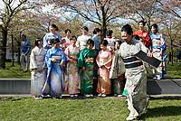 Nederland Amstelveen 2017 04 08. Cherry Blossom Festival in het Amsterdamse Bos . Het Japanse Sakura (Kersenbloesemfestival) markeert de start van de lente. Volgens traditie vieren families en vrienden dit met een picknick onder de kersenbomen die in bloei staan. De gemeente Amstelveen organiseert dit festival voor de Japanse gemeenschap, als dank voor de schenking van 400 kersenbomen in 2000. Foto Berlinda van Dam / Hollandse Hoogte
