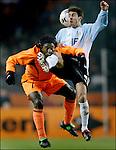 Nederland, Amsterdam, 12-02-2003. Interland Nederland Argentinie.Clarence Seedorf komt hard in aanraking met de knie van Aimar van argentinie.