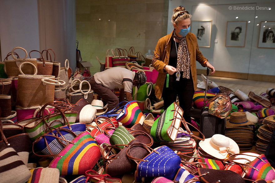 April 26, 2009 - airport, Mexico City, Mexico - A woman shops for gifts at the Mexican airport terminal. She wears a surgical mask to protect therself from the swine Flu. Photo credit: Benedicte Desrus / Sipa Press