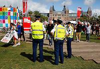 Politie op de Uitmarkt in Amsterdam