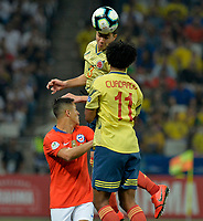 SAO PAULO – BRASIL, 28-06-2019: Radamel Falcao Garcia de Colombia disputa el balón con Alexis Sanchez de Chile durante partido por cuartos de final de la Copa América Brasil 2019 entre Colombia y Chile jugado en el Arena Corinthians de Sao Paulo, Brasil. / Radamel Falcao Garcia of Colombia vies for the ball with Alexis Sanchez of Chile during the Copa America Brazil 2019 quarter-finals match between Colombia and Chile played at Arena Corinthians in Sao Paulo, Brazil. Photos: VizzorImage / Julian Medina / Cont /