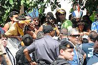 RIO DE JANEIRO,RJ,22.03.2013: O BATALHÃO DE CHOQUE INVADIU A ALDEIA MARACANÃ- Policiais do batalhão de choque invadiu a Aldeia Maracanã nesta tarde e houve tumulto do lado de fora da Aldeia. A Avenida Maracanã chegou a ser interditada por uma hora e manifestantes entraram em confronto com a policia que desparou tiros de balas de borracha, e usou esplay de pimenta.