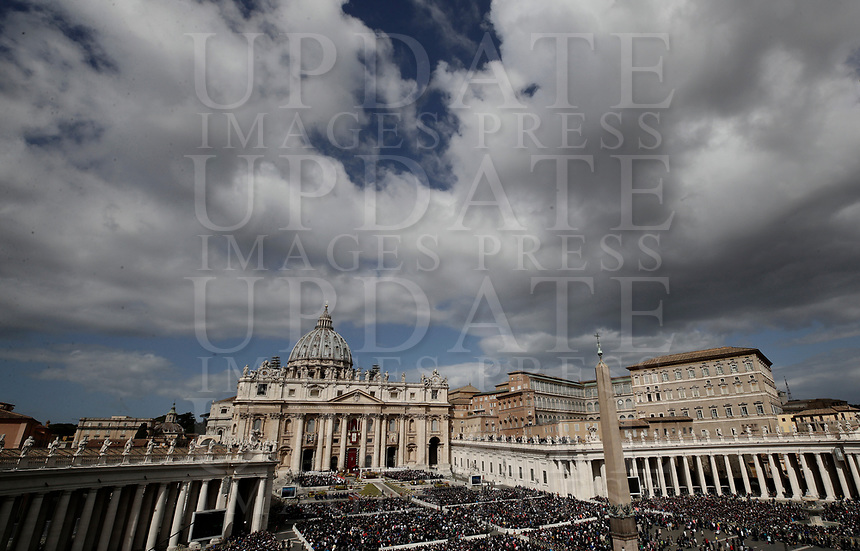 Una panoramica di Piazza San Pietro durante la Messa di Pasqua celebrata da Papa Francesco. Cittàdel Vaticano, 1 aprile 2018. <br /> An overview of Saint Peter square during the Easter mass led by Pope Francis at the Vatican, on April 1, 2018. <br /> UPDATE IMAGES PRESS/Isabella Bonotto<br /> <br /> STRICTLY ONLY FOR EDITORIAL USE