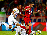 MEDELLÍN-COLOMBIA, 29-10-2019: Adrián Arregui de Deportivo Independiente Medellín y Leyvin Balanta de Deportes Tolima disputan el balón, durante partido de la fecha 20 entre Deportivo Independiente Medellín y Deportes Tolima, por la Liga Águila II 2019, en el estadio Atanasio Girardot de la ciudad de Medellín. / Adrian Arregui of Deportivo Independiente Medellin and Leyvin Balanta of Deportes Tolima, fight for the ball during a match for the 20th date between Deportivo Independiente Medellin and Deportes Tolima, for the Aguila Leguaje II 2019 at the Atanasio Girardot stadium in Medellin city. / Photo: VizzorImage  / León Monsalve / Cont.
