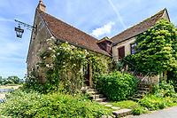 France, Cher (18), Apremont-sur-Allier, labellisé Plus Beaux Villages de France, maison dans le village