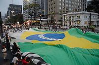 SÃO PAULO, SP, 02 DE OUTUBRO DE 2013 - PROTESTO INDIGENAS - Indígenas realizam passeata na Avenida Paulista, a partir do vão livre do Masp, em protesto contra a PEC 215 e pela demarcação de terras, no fim da tarde desta quarta feira, 02. FOTO: ALEXANDRE MOREIRA / BRAZIL PHOTO PRESS