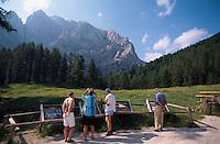 Triglav-Gebirge, Wanderer an der Vrsic-Pass-Strasse, Slowenien