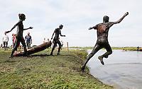 Nederland  Schermerhorn 2016 07 10.  Jaarlijkse Prutmarathon door de modderige slootjes van de Mijzenpolder. De groepenrace, waarbij elke groep ook een rubberboot moet meenemen. Schoonspoelen na afloop.  Foto Berlinda van Dam / Hollandse Hoogte