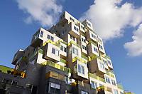 Nederland Amsterdam 2018. Nieuwbouw aan de Zuidas. Het Summertime appartementencomplex. Appartementen met gekleurde balkonhekken. Vrije sector huurwoningenl in het middeldure segment. De toegepaste duurzaamheidsmaatregelen in Summertime zijn onder andere stadsverwarming, zonnepanelen voor opwekking van duurzame energie en HR++ beglazing. Daarnaast is er een groendak. Foto Berlinda van Dam / Hollandse hoogte