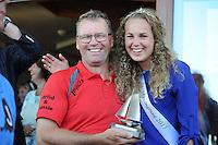 SKÛTSJESILEN: EARNEWÂLD: 21-07-2015, SKS kampioenschap 2015, winnaar Gerhard Pietersma (Earnewâld) ontving de dagprijs van de Feankeninginne 2015, ©foto Martin de Jong