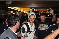 SAO PAULO, SP, 21 FEVEREIRO 2013 -  Alexandre Pato  no desembarque da equipe do Corinthians após partida contra o San Jose da Bolivia valioda pela taca Libertadores da America, no aeroporto de Cumbica , em Guarulhos. nesta quarta feira 21. (FOTO: ALAN MORICI / BRAZIL PHOTO PRESS).