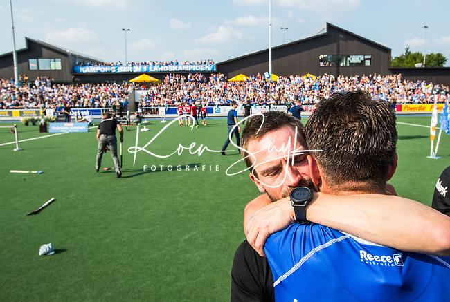 UTRECHT -  coach Alexander Cox (Kampong) met Robbert Kemperman (Kampong)   na  de finale van de play-offs om de landtitel tussen de heren van Kampong en Amsterdam (3-1).   COPYRIGHT KOEN SUYK