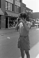 Quelqu'un prenant une photo de Gerry Boulet et Lucien Francoeur en entrevue a Musique Plus le 28 mai 1987                    .              <br /> <br /> PHOTO : Pierre Roussel -  Agence Quebec Presse