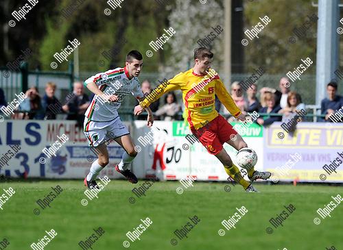 2013-04-28 / Voetbal / seizoen 2012-2013 / Oosterzonen - Leopoldsburg / Jeroen Appeltans met Steven Van Braeckel (r. Oosterzonen)..Foto: Mpics.be