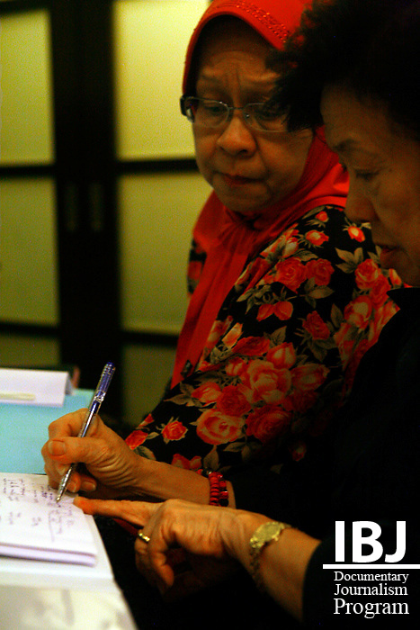 Professor Chiam Heng Keng (Malaysia's Representative to the Asian Commission for Women & Children),takes notes at a meeting for the government-appointed Committee for Children Under Detention.