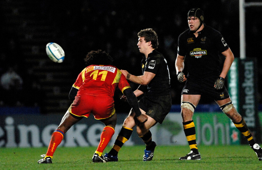 Photo: Richard Lane..London Wasps v Perpignan. Heineken Cup. 13/01/2007. .Wasps' Dominic Waldouck passes.