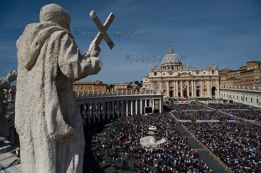 Una veduta di Piazza San Pietro gremita di fedeli