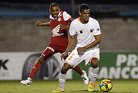 ENVIGADO -COLOMBIA-21-09-2014. Juan Saiz (Der) de Envigado FC disputa el balón con Wilder Medina (Izq) de Independiente Santa Fe durante partido por la fecha 10 de la Liga Postobón II 2014 realizado en el Polideportivo Sur de la ciudad de Envigado./ Juan Saiz (R) of Envigado FC fights for the ball with Wilder Medina (L) of Independiente Santa Fe during match for the 10th date of the Postobon League II 2014 at Polideportivo Sur in Envigado city.  Photo: VizzorImage/Luis Ríos/STR