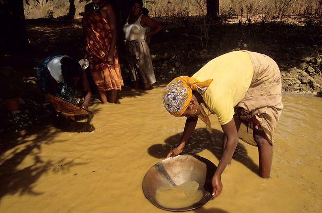 Betsiaka, village de chercheurs d'or et de saphirs. *** Betsiaka, gold digger village.