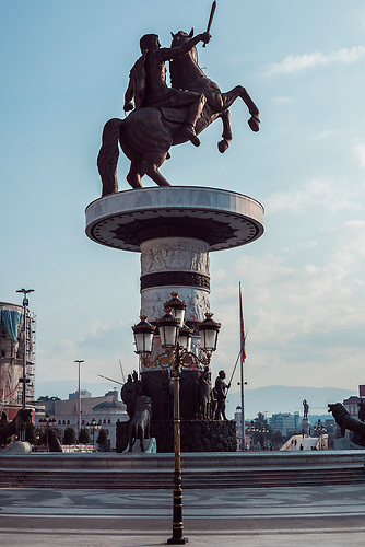 Denkmal &bdquo;Equestrian Warrior&ldquo; / &bdquo;Warrior on a Horse&ldquo; Das Denkmal des Alexander den Gro&szlig;en, ist das zentrale Vorzeigeobjekt des gesamten Projekts &bdquo;Skopje 2014&ldquo; Die kolossale Denkmal aus Bronze und Marmor begleitet von Brunnen und anderen Skulpturen wurde im Zentrum der Stadt, direkt am Macedonia-Platz errichtet. Erster Bauvorschlag im Jahr 2006, Bildhauerin: Valentina Stevanovska, bis dahin ein relativ unbekannt war.<br />