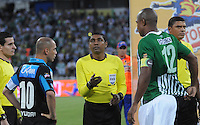 MEDELLÍN -COLOMBIA-17-11-2013. Alexis Henriquez (Der.) de Atlético Nacional y Mayer Candelo (Izq.) de Millonarios durante los actos protocolarios previo al partido de la final de la Copa Postobón 2013 realizado en el estadio Atanasio Girardot de Medellín./ Alexis Henriquez (R) of Atletico Nacional and Mayer Candelo (L) of Millonarios during the protocol events prior to the match of the final of Copa Postobon 2013 played at Atanasio Girardot stadium in Medellin. Photo: VizzorImage/Luis Ríos/STR