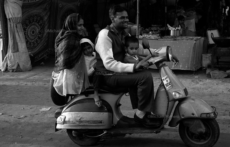 11.2010 Pushkar (Rajasthan)<br /> <br /> Family in their scooter during the fair.<br /> <br /> Famille sur le scooter pendant la foire.