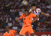 BARRANQUIILLA -COLOMBIA-28-02-2015: Cristian Arrieta (Der) del Atlético Junior disputa el balón con Roberto Ovelar (Izq) jugador de Envigado FC durante partido por la fecha 7 de la Liga Águila I 2015 jugado en el estadio Metropolitano Roberto Meléndez de la ciudad de Barranquilla./ Cristian Arrieta (R) player of Atletico Junior vies for the ball with Roberto Ovelar (L) player of Envigado FC during match for the 7th date of the Aguila League I 2015 played at Metropolitano Roberto Melendez stadium in Barranquilla city.  Photo: VizzorImage/Alfonso Cervantes/STR
