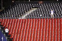 Un aficionado de Italia observa el partido desde lo alto de las gradas del lado derecho del estadio en el sexto inning, durante el partido de desempate Italia vs Venezuela, World Baseball Classic en estadio Charros de Jalisco en Guadalajara, Mexico. Marzo 13, 2017. (Photo: AP/Luis Gutierrez)