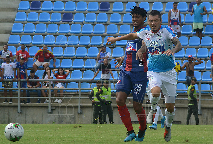 SANTA MARTA – COLOMBIA, 04-09-2019: Juan Carlos Pereira de Unión disputa el balón con Leonardo Pico del Junior durante partido por la fecha 13 de la Liga Águila II 2019 entre Unión Magdalena y Atlético Junior jugado en el estadio Sierra Nevada de la ciudad de Santa Marta. / Juan Carlos Pereira of Union struggles the ball with Leonardo Pico of Junior during match for the date 13 as part Aguila League II 2019 between Union Magdalena and Atletico Junior played at Sierra Nevada stadium in Santa Marta city. Photo: VizzorImage / Gustavo Pacheco / Cont