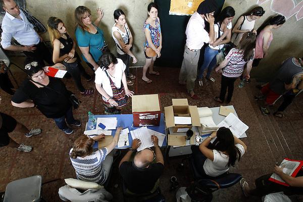 MON24. MONTEVIDEO (URUGUAY), 26/10/2014 - Ciudadanos uruguayos hacen fila para votar durante las elecciones nacionales hoy, domingo 26 de octubre de 2014, en Montevideo (Uruguay). Una alta afluencia de votantes en las primeras horas y una gran tranquilidad marcaron hoy el inicio de la jornada electoral del Uruguay, donde 2.620.757 ciudadanos están llamados para elegir presidente, vicepresidente y sus representantes en ambas cámaras del Parlamento. EFE/Iván Franco