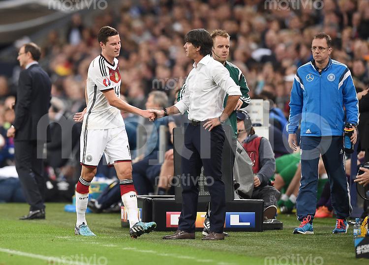 Fussball International EM 2016-Qualifikation  Gruppe D  in Gelsenkirchen 14.10.2014 Deutschland - Irland Bundestrainer Joachim Loew (rechts) wechselt Julian Draxler (beide Deutschland) aus.