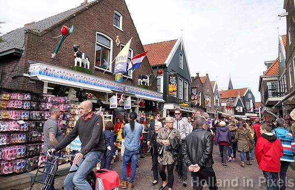 Nederland - Volendam - 2018.  Centrum van Volendam. Drukte bij de souvenirwinkels op de Dijk.  Foto Berlinda van Dam / Hollandse Hoogte