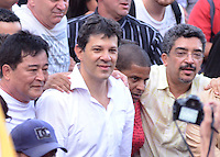 SAO PAULO, 06 DE JULHO DE 2012 - ELEICOES 2012 HADDAD - Candiato Fernando Haddad cumpre agenda em caminhada publica, corpo a corpo com a populacao, saida da praca do Patriarca ate a Praca da Se, na tarde desta sexta feira, regiao central da Capital. FOTO: ALEXANDRE MOREIRA - BRAZIL PHOTO PRESS