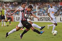 ATENÇÃO EDITOR: FOTO EMBARGADA PARA VEÍCULOS INTERNACIONAIS - SANTOS, SP, 09 DE SETEMBRO DE 2012 - CAMPEONATO BRASILEIRO - SANTOS x SÃO PAULO: Jadson (c) e David Braz (e) durante partida Santos x São Paulo, válida pela 23ª rodada do Campeonato Brasileiro de 2012 no Estádio da Vila Belmiro em Santos. FOTO: LEVI BIANCO - BRAZIL PHOTO PRESS