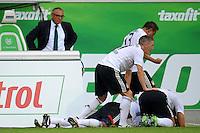 FUSSBALL   1. BUNDESLIGA   SAISON 2011/2012    2. SPIELTAG VfL Wolfsburg - FC Bayern Muenchen      13.08.2011 Die Bayern um Bastian SCHWEINSTEIGER, Ivica OLIC, Jerome BOATENG jubeln nach dem Tor zum 0:1. Trainer Felix MAGATH (li, Wolfsburg) ist enttaeuscht