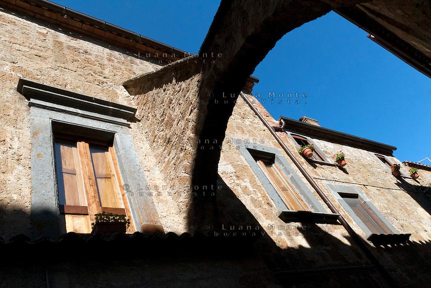 Civita di Bagoregio. Gli archi a cavallo delle strade.