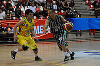 MEDELLÍN -COLOMBIA-23-04-2013. Santiago Jaramillo (d) de Academia disputa el balón con Luis Blandón (i) de Bambuqueros durante partido de la fecha 4 fase II de la  Liga Direct TV de baloncesto Profesional de Colombia realizado en el coliseo de la Universidad de Medellín./ Santiago Jaramillo (r) of Academia fights for the ball with Luis Blandon (l) of Bambuqueros during match of the 4th date phase II of  DirecTV professional basketball League in Colombia at Universidad de Medellin coliseum.  Photo: VizzorImage/Luis Ríos/STR