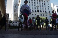 SAO PAULO, SP, 31 MARÇO DE 2013. PROTESTO BATMAN - Homens vestidos dos personagens Batman e Palhaço Patatá descem de rapel o Vale do Anhangabaú, durante a manhã deste domingo, na região central da capital paulista. Eles protestam pedindo por educação de melhor qualidade nas escolas publicas. (FOTO: AMAURI NEHN / BRAZIL PHOTO PRESS).