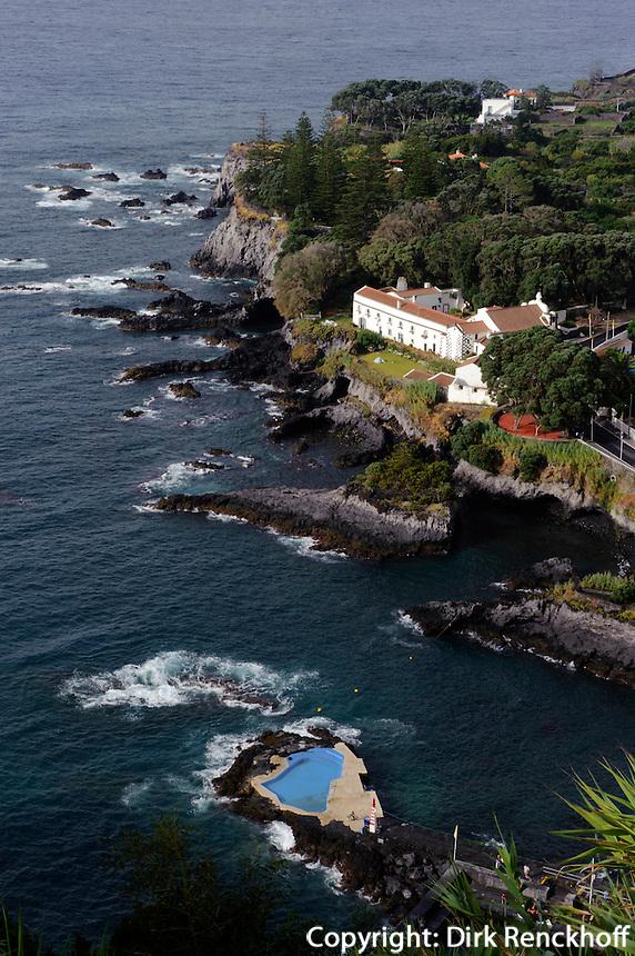 Blick auf Caloura vom Miradouro do Pisao auf der Insel Sao Miguel, Azoren, Portugal