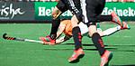 BLOEMENDAAL   - Hockey -  2e wedstrijd halve finale Play Offs heren. Bloemendaal-Amsterdam (2-2) . A'dam wint shoot outs. Roel Bovendeert (Bldaal) scoort 1-0. COPYRIGHT KOEN SUYK