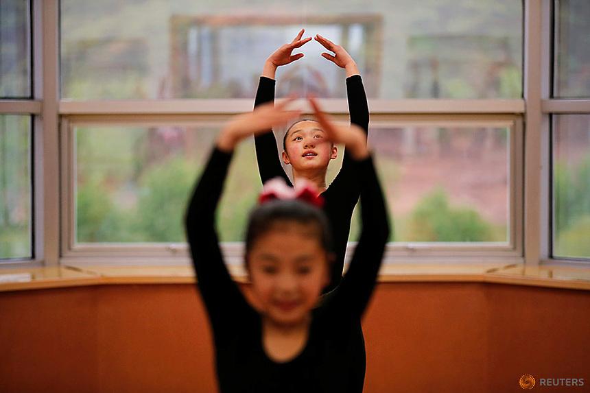 Students practice dance at the Mangyongdae Children's Palace in Pyongyang, North Korea May 5, 2016.  REUTERS/Damir Sagolj
